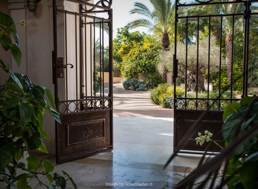 שער נפחות בחלודה טבעית בכניסה לבית - טוסקנה בכפר שמריהו