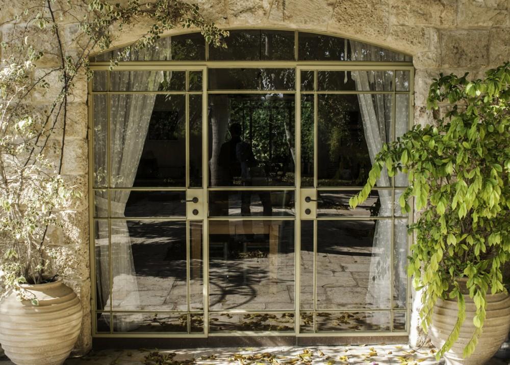 ויטרינה קשתית מפרופיל בלגי – בית הכורכר בכפר שמריהו