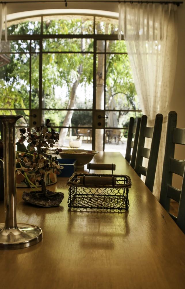 ויטרינה קשתית מפרופיל בלגי בפינת האוכל – בית הכורכר בכפר שמריהו