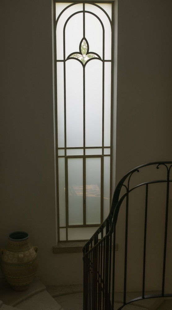 חלון פרופיל בלגי מלווה את גרם המדרגות (המעקה מציץ מימין) – בית הכורכר בכפר שמריהו