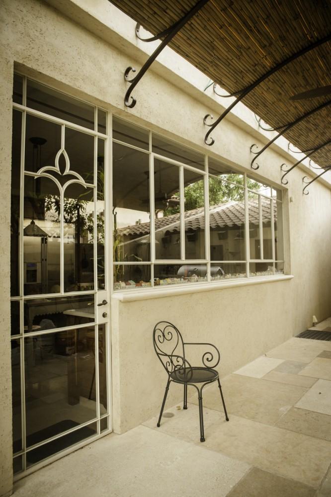 חלון המטבח ולצידו דלת פרופיל בלגי מעוטרת ב ״פלור דה לי״ - בית אור