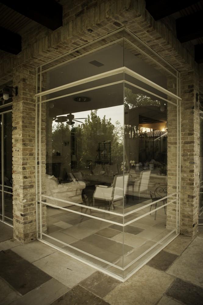 ויטרינה נקיה מפרופיל בלגי – פינת זכוכית בהדבקה – מבט מקרוב - בית אור