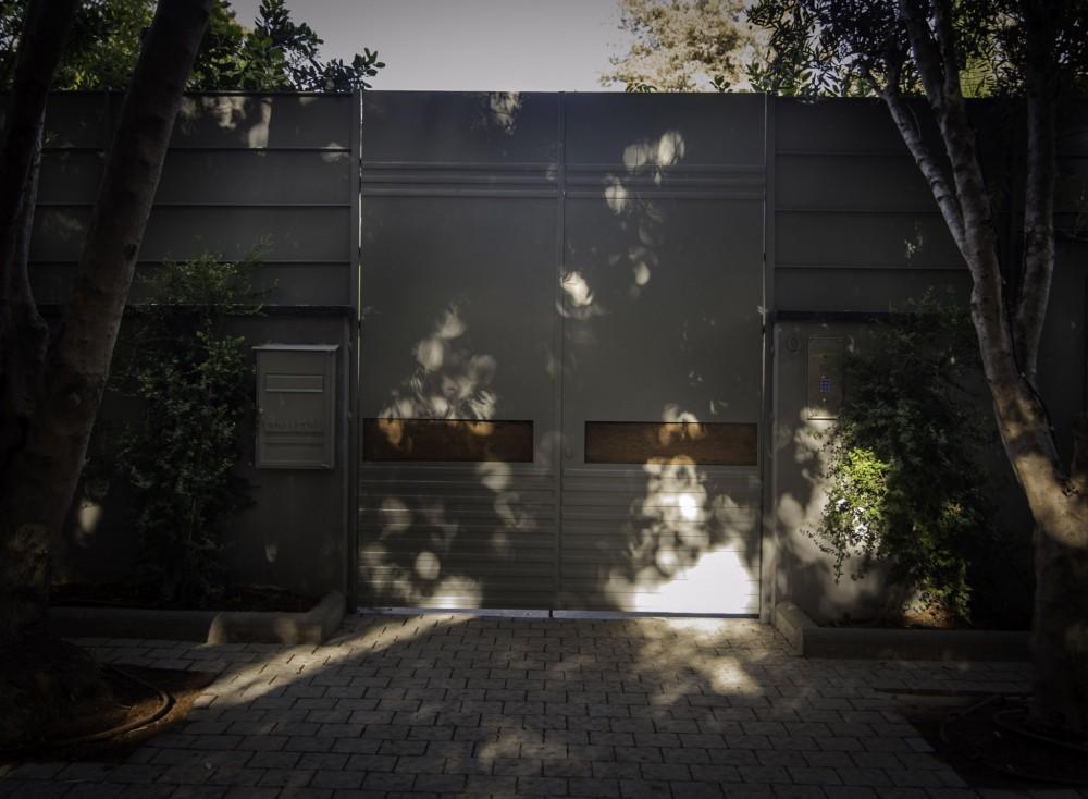 שער הכניסה, תיבת הדואר והגבהת הגדר - ארטפרו בית בסביון