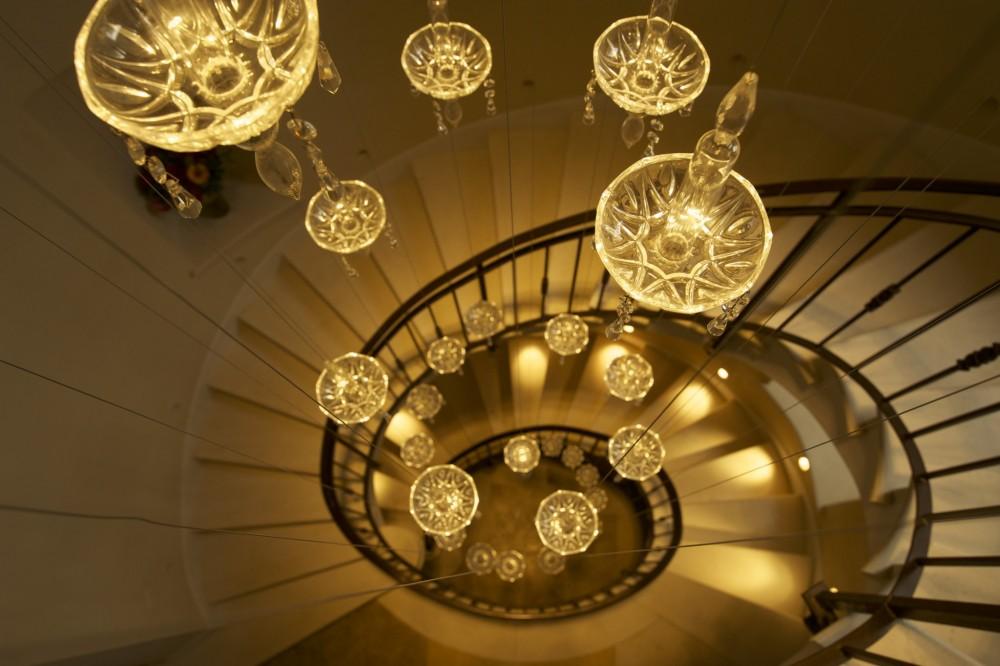 מדרגות לולייניות מאתגרות את המעקה – מבט מלמעלה - בית אור