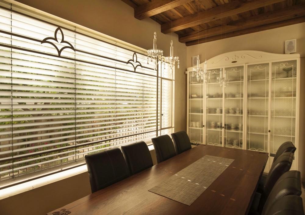 חלון פרופיל בלגי בפינת האוכל ארון ברזל לבן עם זכוכית סבתא מאפסן את כלי האוכל - בית אור