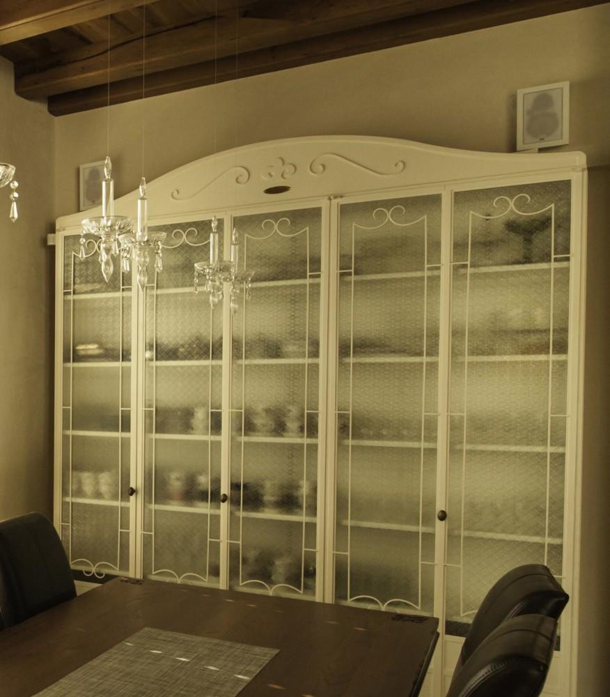 ארון ברזל לבן עם זכוכית סבתא לכלי האוכל - בית אור