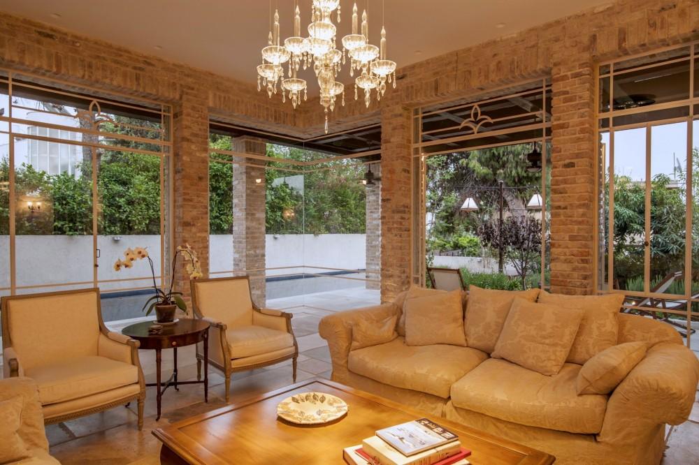 הסלון – ויטרינות פרופיל בלגי של הסלון כוללות פינת זכוכית בהדבקה - בית אור