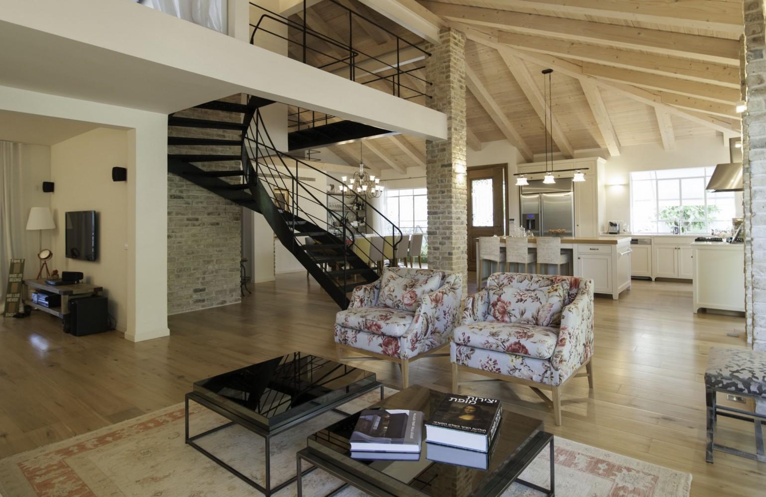 מבט מהסלון זווית אל גרם המדרגות הפיסולי - ארטפרו