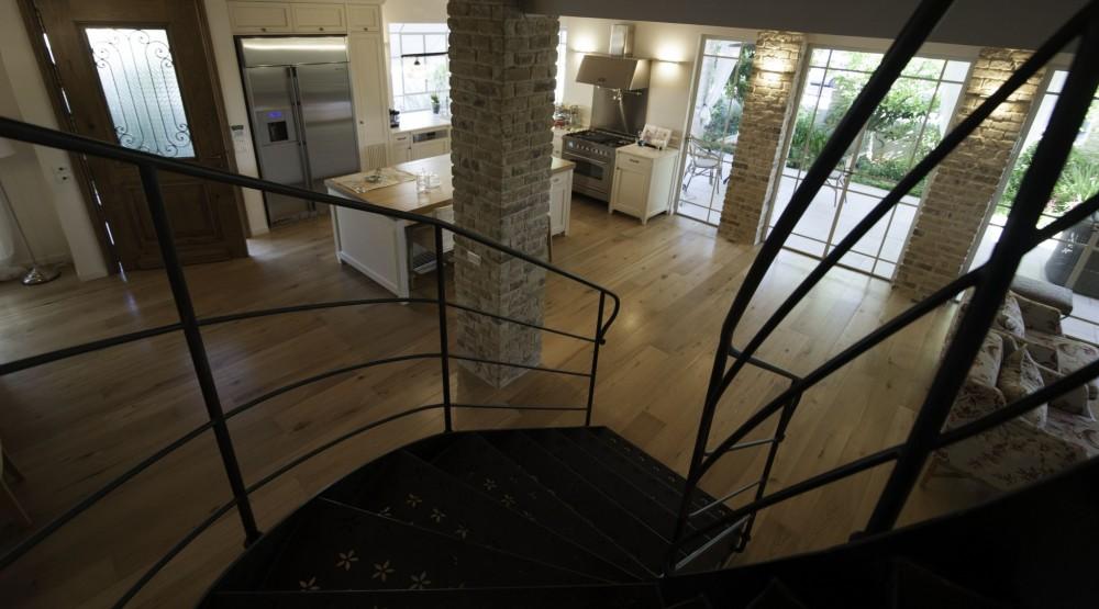 מדרגות ומעקה ברזל וחלונות בלגיים בוילה ביהוד