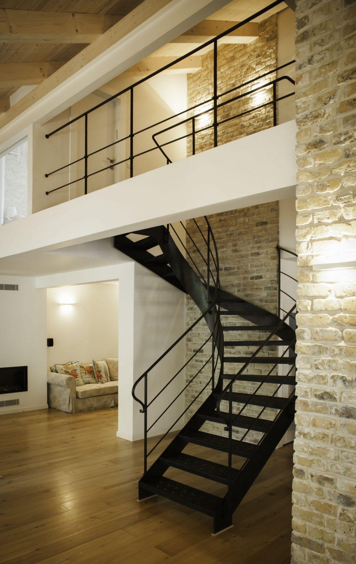 גרם המדרגות – מדרגות עם חיתוכי לייזר – יוצרים תחושה אוורירית - ארטפרו