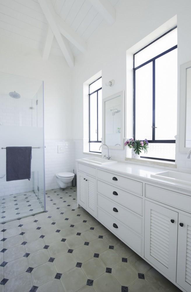 חלונות בלגיים באמבט מזוגגים בזכוכית סבתא - בית סיגל דקל