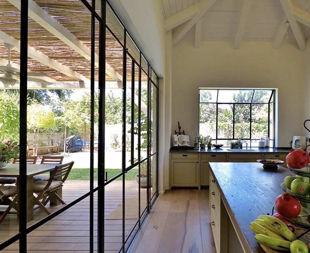המטבח הסלון והחצר עם חלונות מפרופיל בלגי