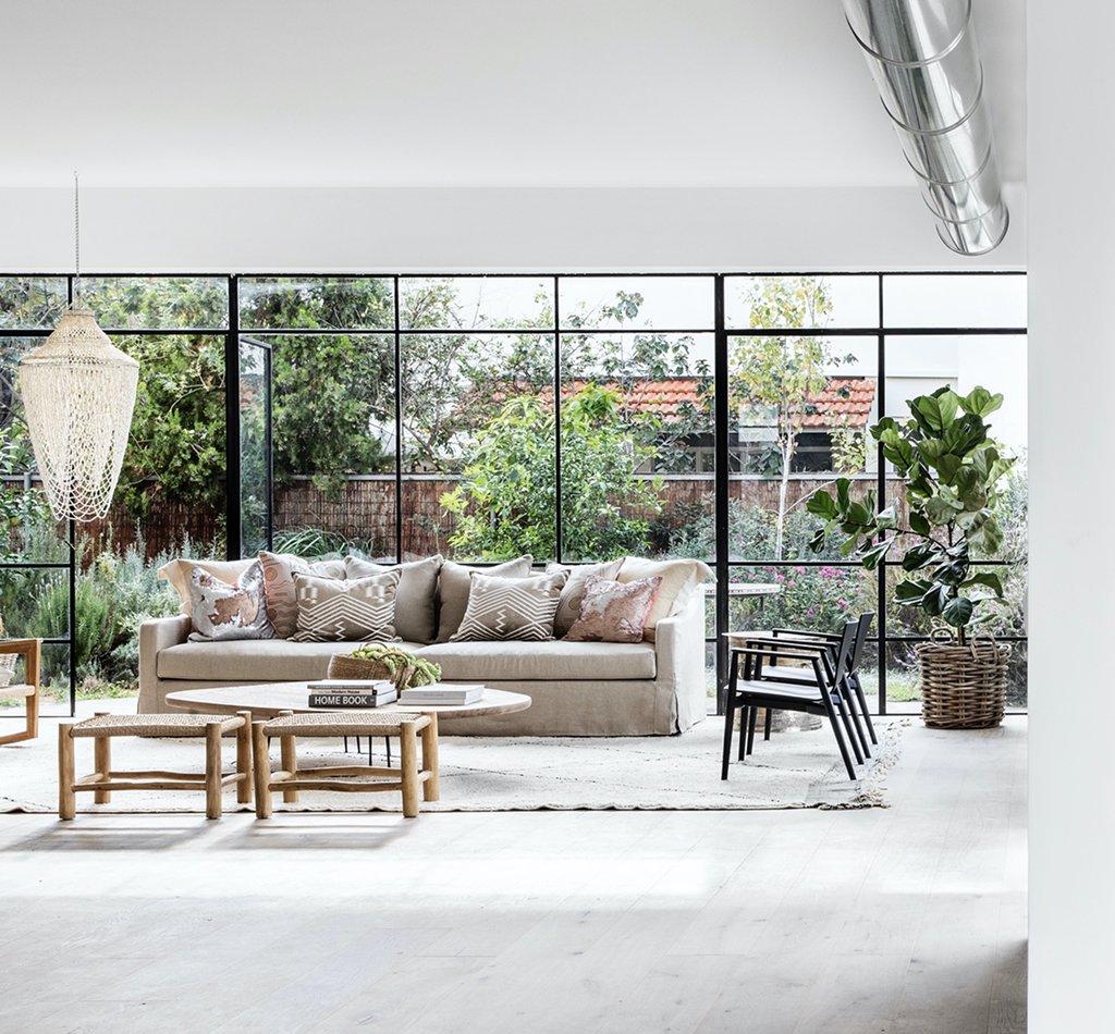 חלונות בלגיים מכניסים אור לסלון