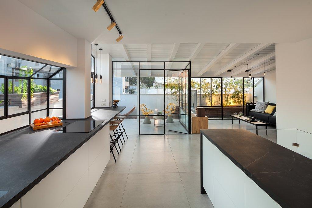 חלונות בלגיים במטבח והסלון מוארים - Arteferro