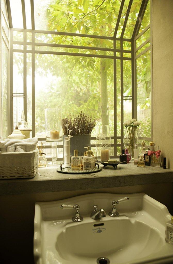חלון בלגי בחדר אמבטיה