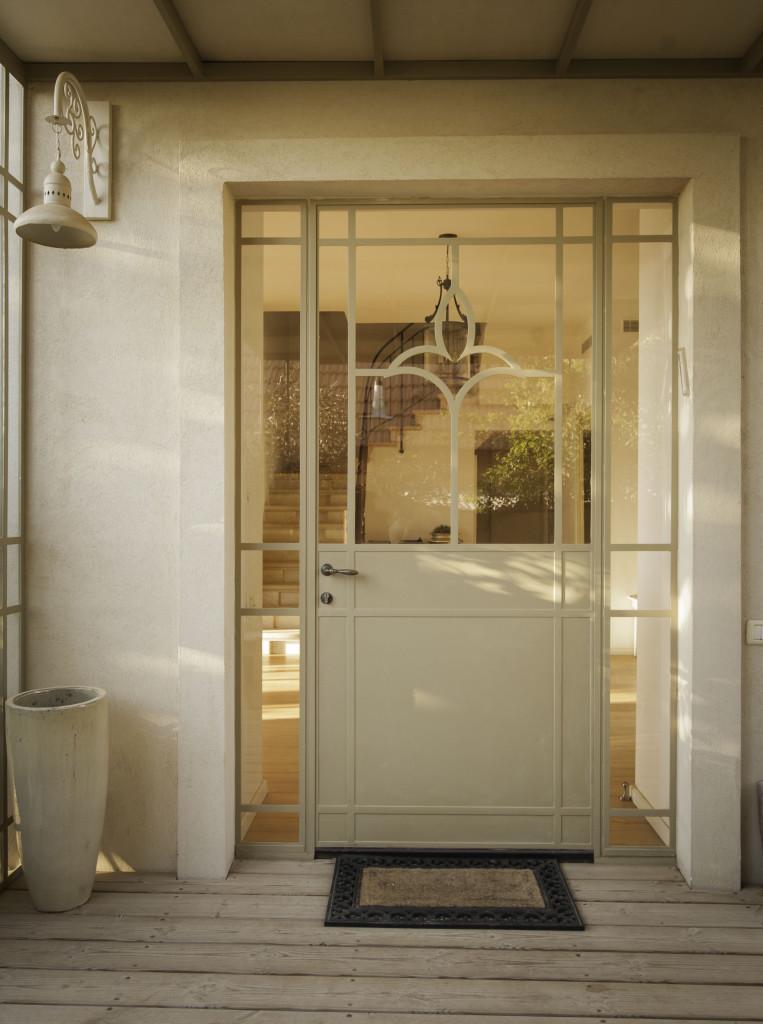 דלת כניסה מפרופיל בלגי עם עיטור ה – ״פלור דה לי״ – ארטפרו בית עדי