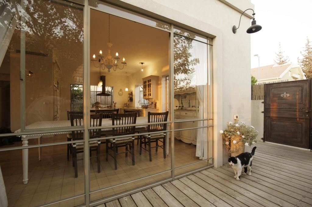ויטרינה פינת אוכל והשער החלוד – ארטפרו בית עדי
