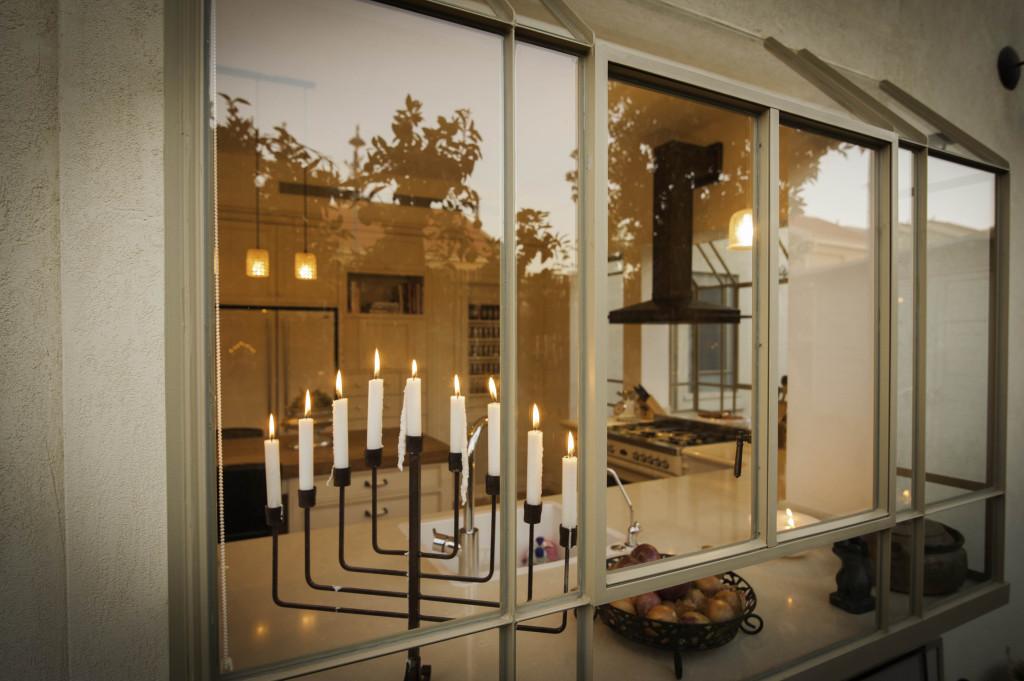 חנוכיה דולקת בחלון פרופיל בלגי ברזל – ארטפרו בית עדי