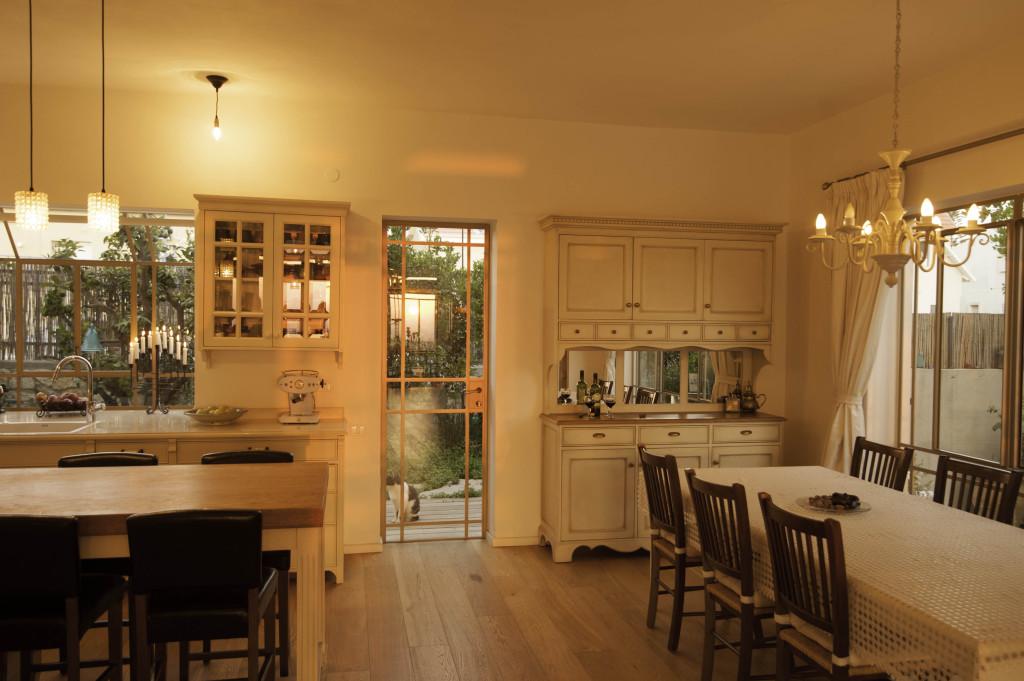 מבט למטבח ולפינת האוכל – ארטפרו בית עדי