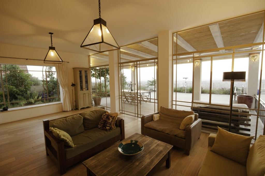 שלוש ויטרינות פרופיל בלגי בסלון וחלון bay – ארטפרו בית עדי