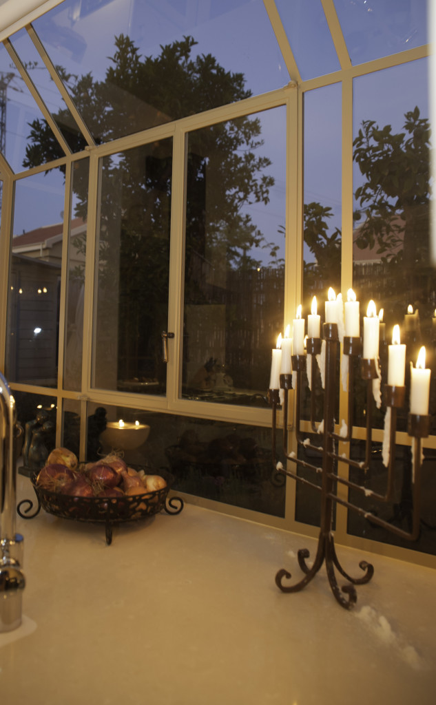 חנוכיה דולקת בחלון bay פרופיל בלגי ברזל – ארטפרו בית עדי