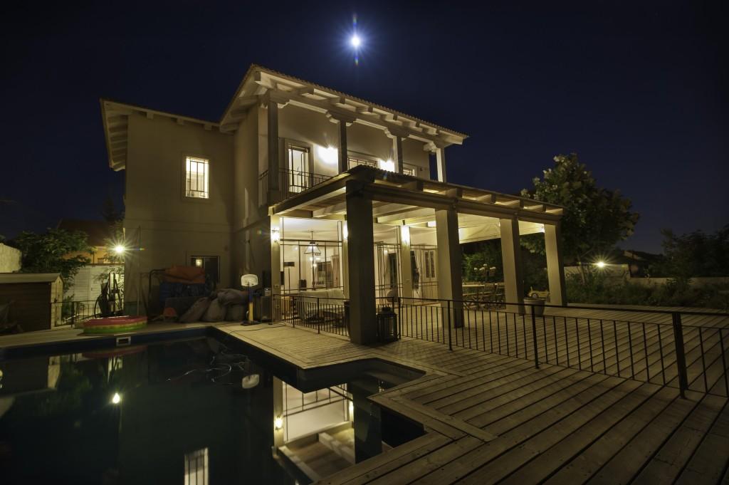 ירח מעל בית עדי בלילה – ארטפרו בית עדי