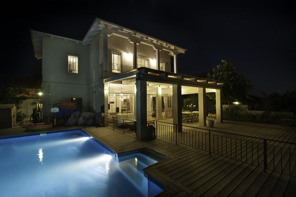 בית עדי בלילה עם הבריכה – ארטפרו בית עדי
