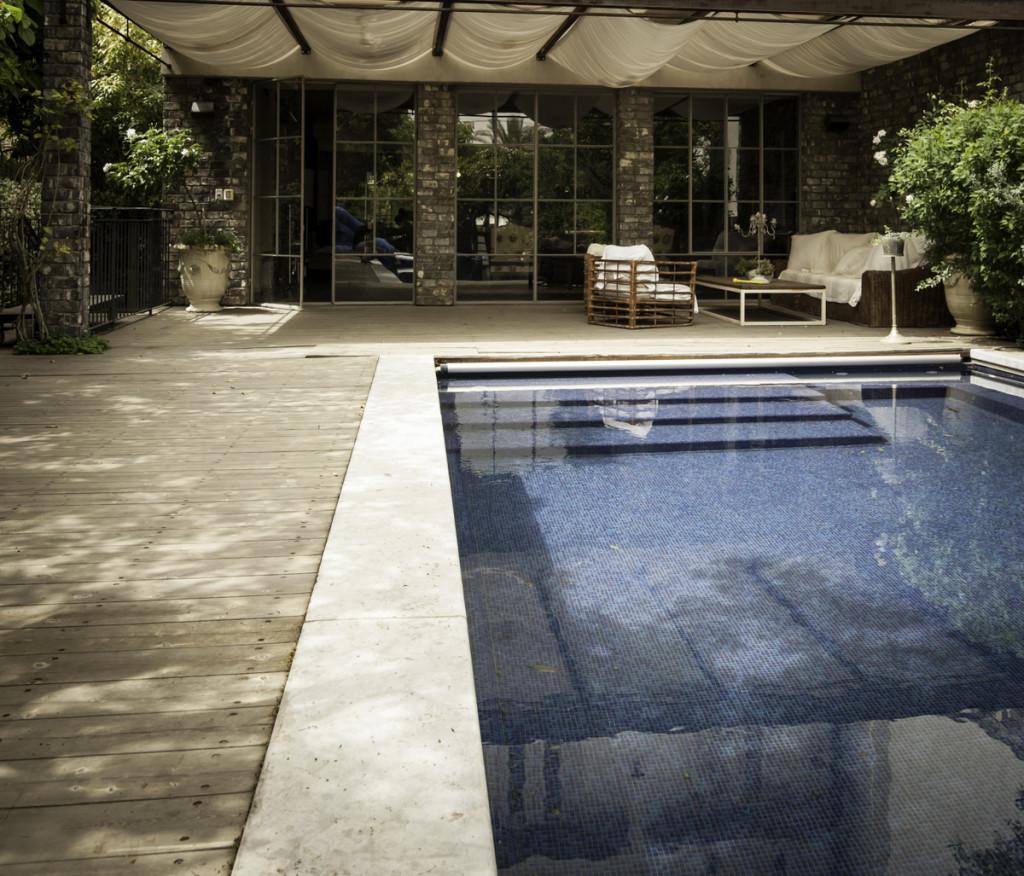 מבט מהבריכה אל הבית – ויטרינות הסלון – ארטפרו חלונות בלגיים בתל אביב