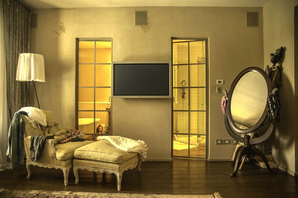 חדר שינה הורים, זוג דלתות פרופיל בלגי מפרידות בין חדר הרחצה לחדר – ארטפרו חלונות בלגיים בתל אביב