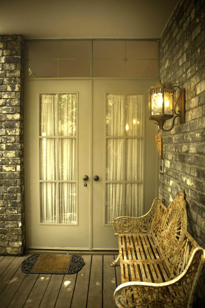 דלת הכניסה פרופיל בלגי, פח, וזכוכית שקופה. הוילון נותן את האינטימיות – ארטפרו חלונות בלגיים בתל אביב