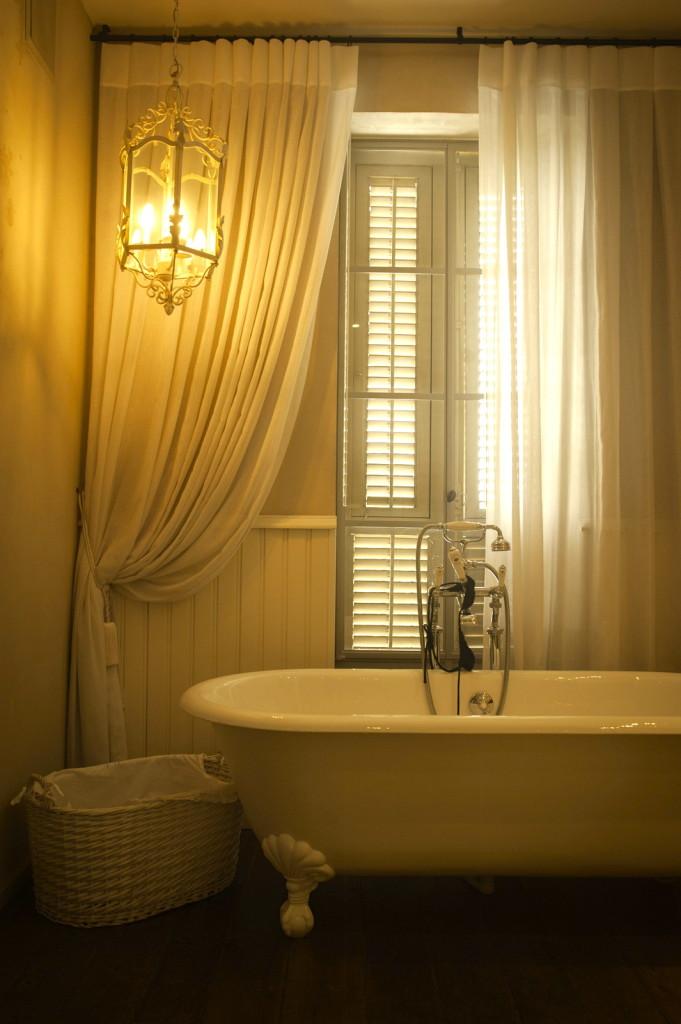 חלון מפרופיל בלגי צמוד לאמבט הרחצה – ארטפרו חלונות בלגיים בתל אביב