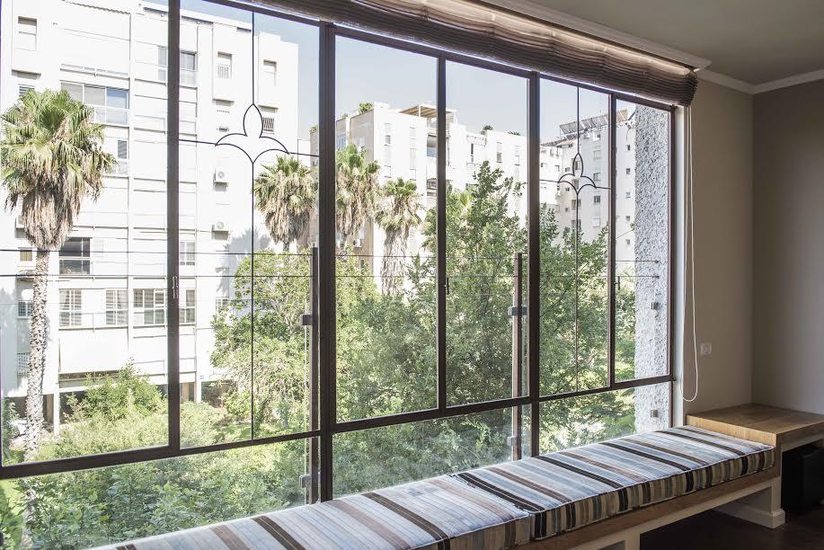 חלון בלגי בסלון מעוטר בסמל חבצלת הלילי ״פלור דה לי״