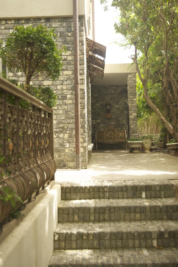 את הכניסה מלווה מעקה פירוקים משוחזר ומשוקם – ארטפרו חלונות בלגיים בתל אביב