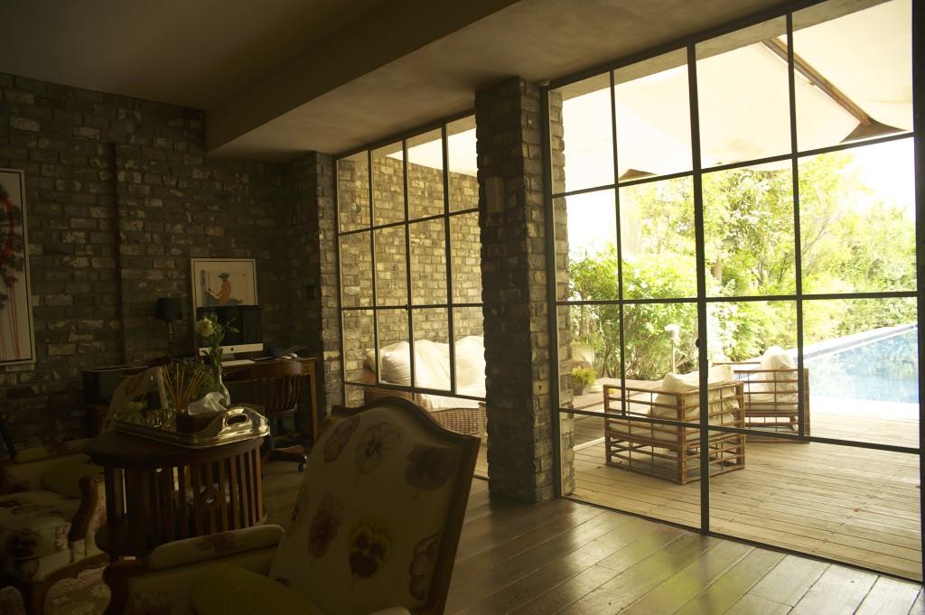 פרופיל בלגי משבצות גדולות בויטרינות הסלון – ארטפרו חלונות בלגיים בתל אביב