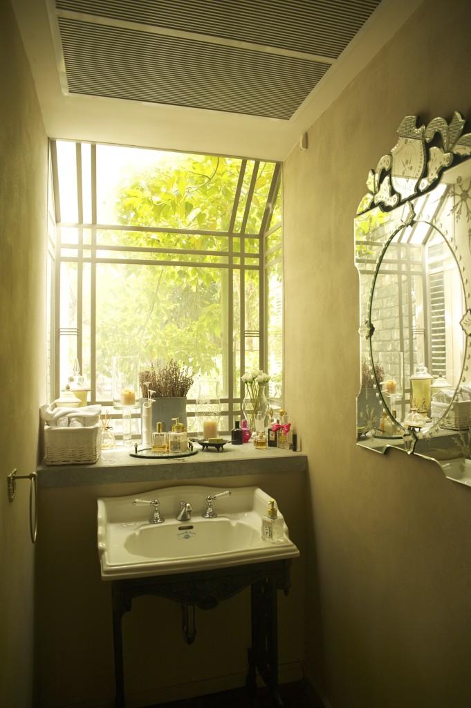 חלון פרופיל בלגי מעוצב חובק את כיור שירותי האורחים – ארטפרו חלונות בלגיים בתל אביב