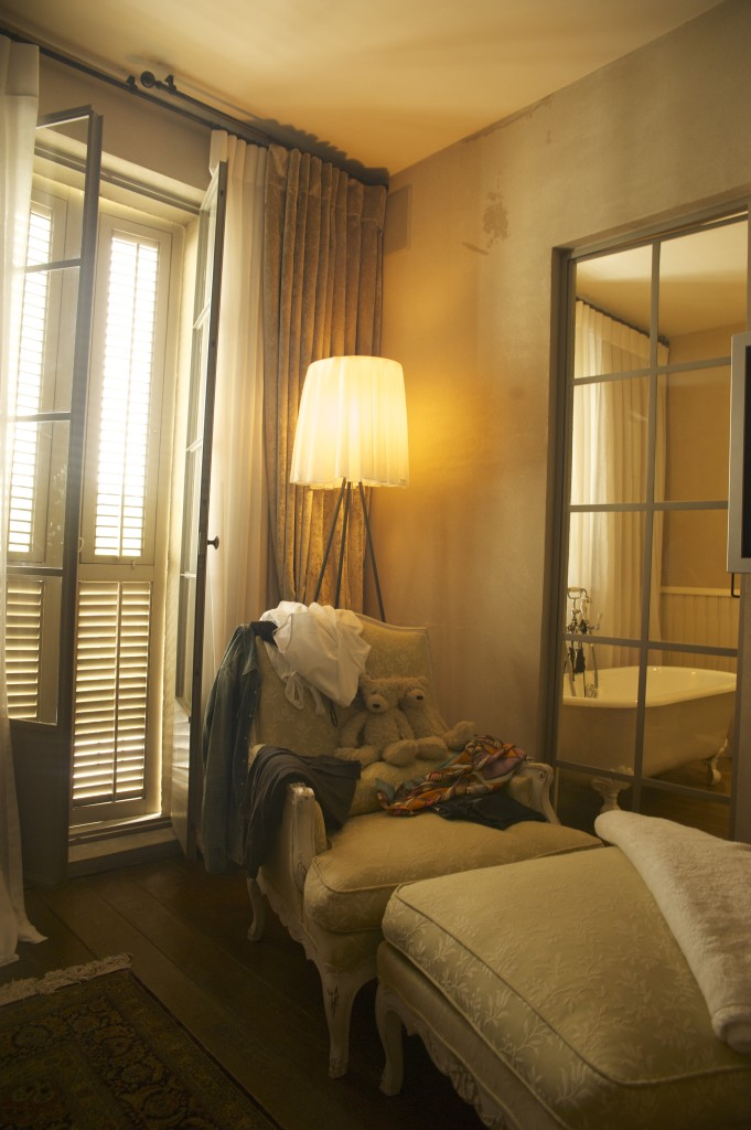 חדר שינה הורים, דלת פרופיל בלגי מפרידה בין חדר הרחצה לחדר – ארטפרו חלונות בלגיים בתל אביב
