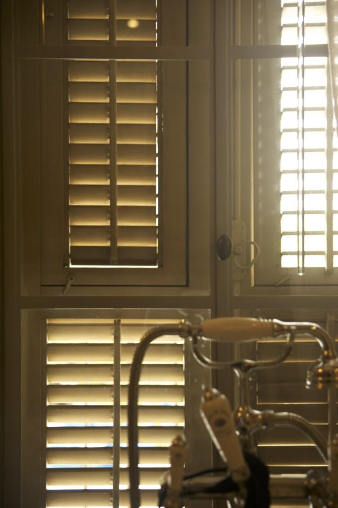 חלון מפרופיל בלגי צמוד לאמבטיה – ארטפרו חלונות בלגיים בתל אביב
