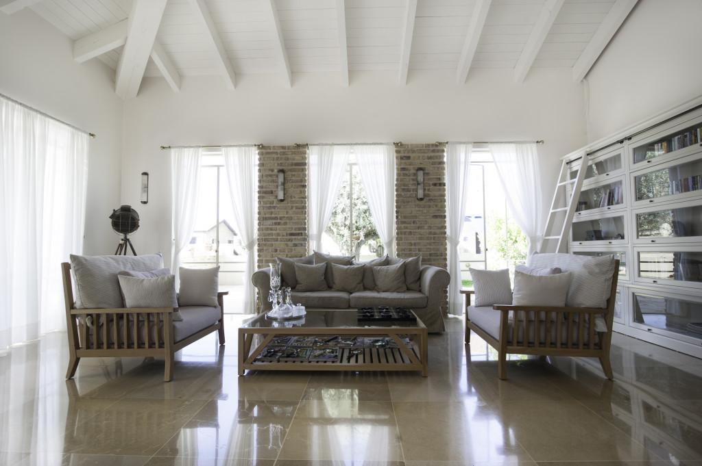 הבית הלבן באשקלון - מבט לסלון ויטרינות פרופיל בלגי ברזל ווילונות רכים לבנים – שירה