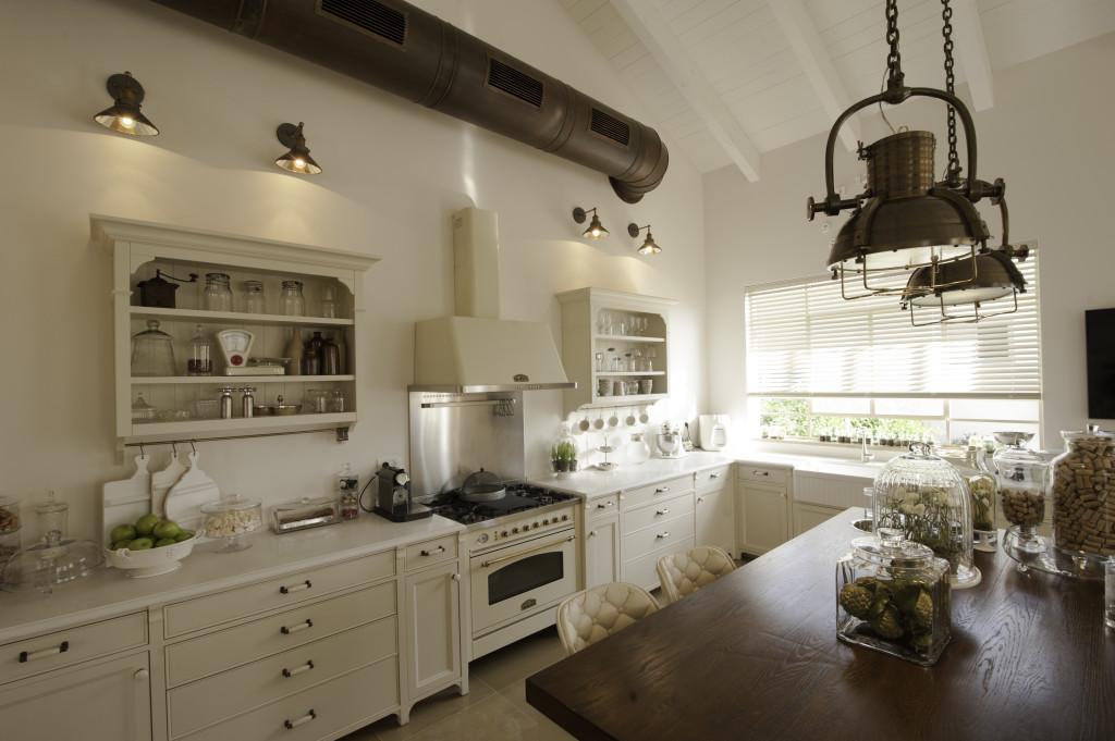 מבט למטבח, חלון בלגי ברזל עם תריס רפפה פנימי – הבית הלבן ארטפרו
