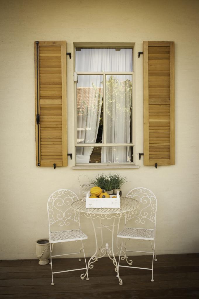 ״היא יושבה בחלון...״ לשבת תחת חלון בלגי עם תריס עץ – הבית הלבן ארטפרו