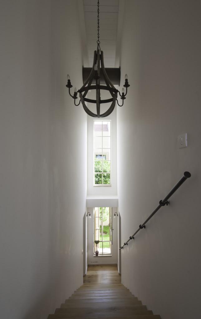 חלונות בלגיים מאורכים בחדר המדרגות. וגם מסעד יד – הבית הלבן ארטפרו