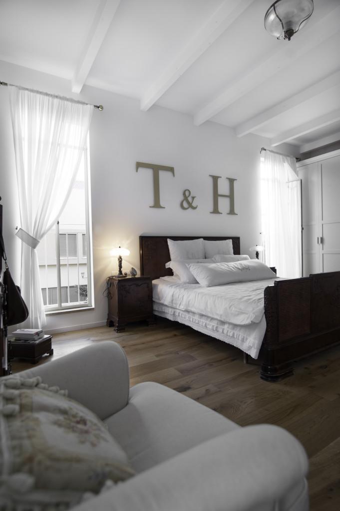 שני חלונות פרופיל בלגי ברזל לצידי המיטה – הבית הלבן ארטפרו