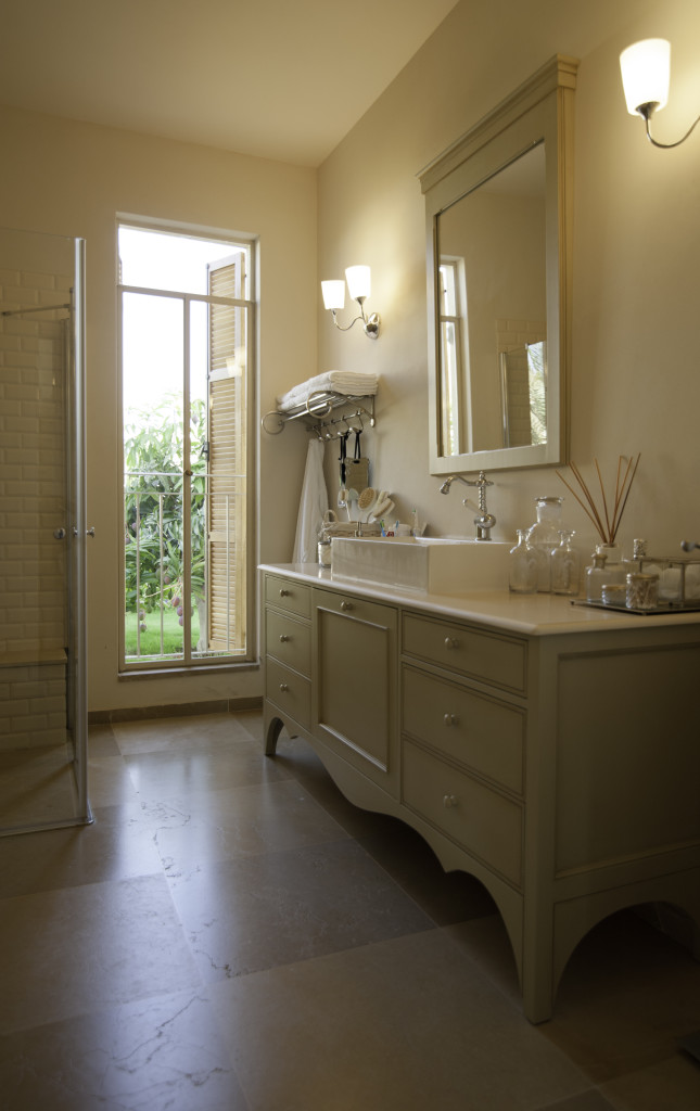 חלון בלגי שקוף בחדר האמבט – הבית הלבן ארטפרו
