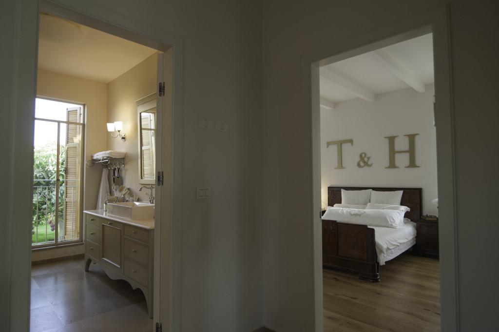 הצצה אל חדר השינה וחדר האמבט – הבית הלבן ארטפרו