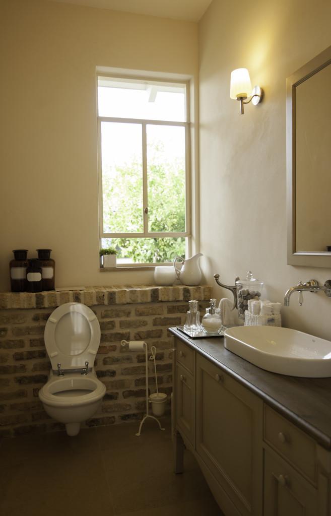 חלון בלגי שקוף בחדר האמבט, התריס נותן את האינטימיות הדרושה. – הבית הלבן ארטפרו