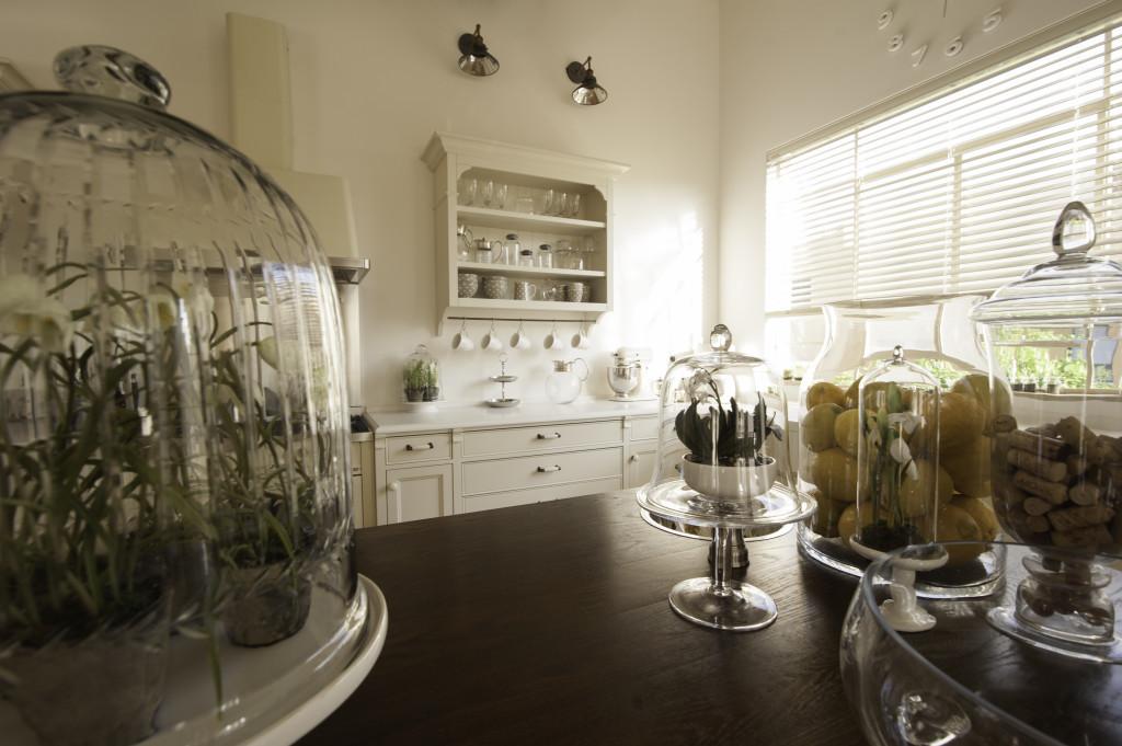 המטבח, חלון בלגי ברזל עם תריס רפפה פנימי – הבית הלבן ארטפרו