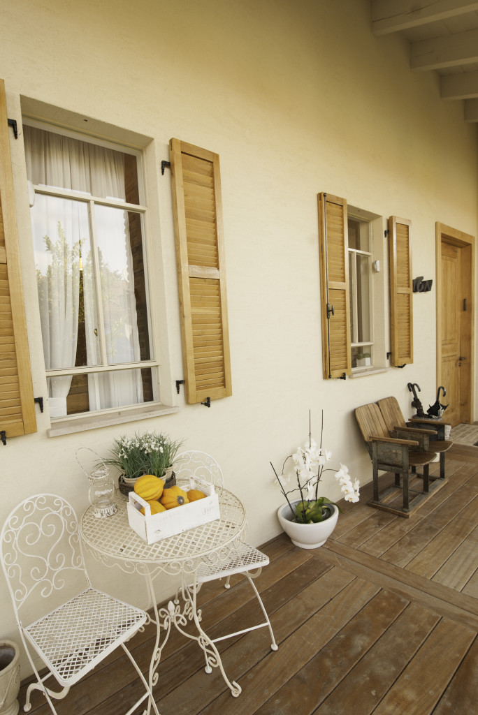 חלונות פרופיל בלגי ברזל ותריסי עץ – סיפור אהבה – הבית הלבן ארטפרו