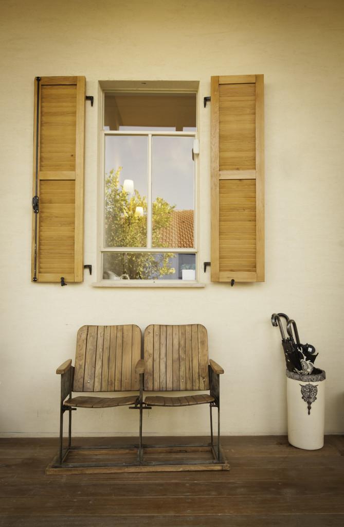 חלון פרופיל בלגי ברזל ותריס עץ – סיפור אהבה – הבית הלבן ארטפרו