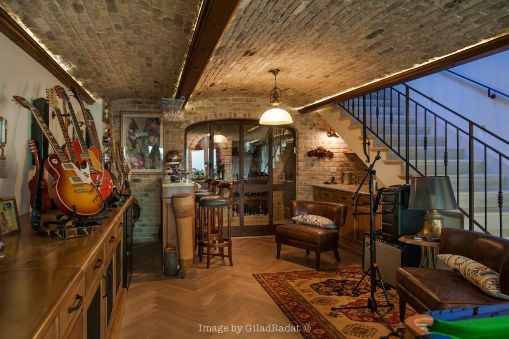 מעקה בירידה למרתף, וויטרינה חדר היין – פרוייקט אחוזה ביישובי גדרות - ארטפרו