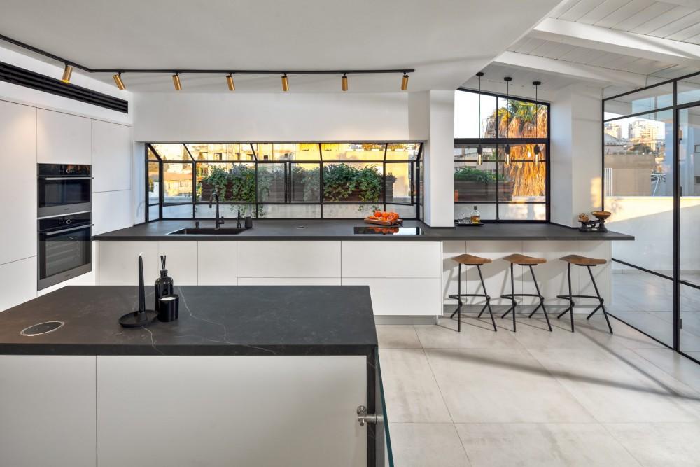 דירת גג מדהימה בצפון תל אביב עם חלונות מפרופיל בלגי